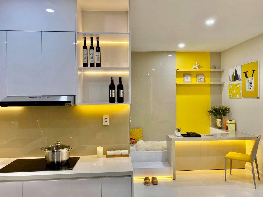 Nhà bếp dự án căn hộ Ricca Quận 9, tông màu vàng kết hợp tone sur tone với phòng ngủ mở