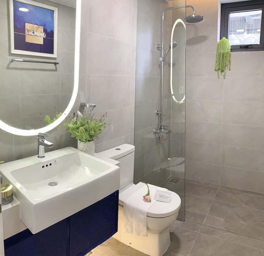 Nhà vệ sinh tại nhà mẫu dự án căn hộ D'lusso Quận 2 được bàn giao full nội thất Korler nhập khẩu từ Mỹ