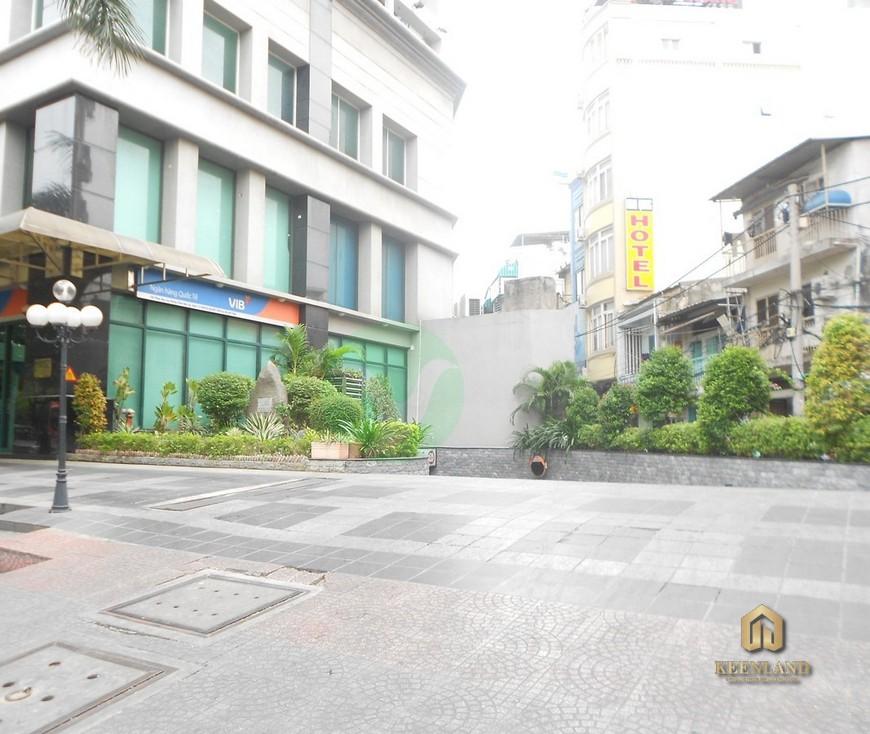Khuôn viên phía trước tòa nhà International Plaza