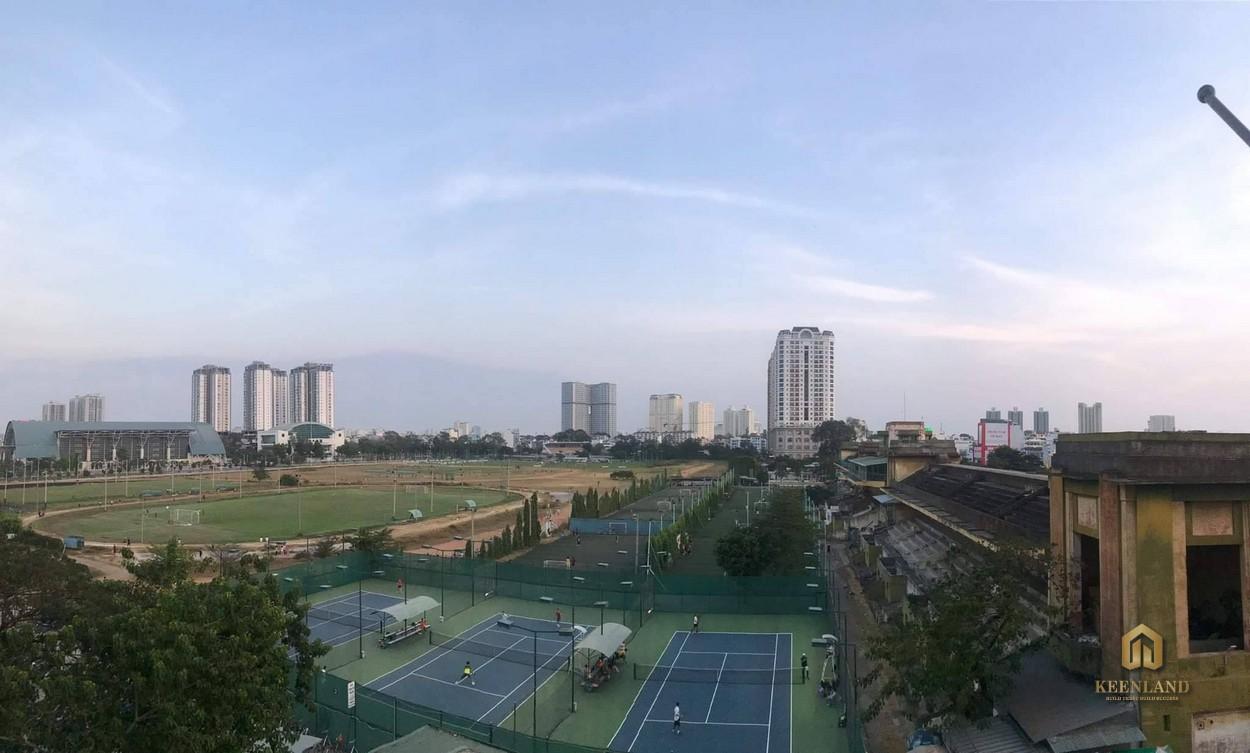 View nhìn ra bãi cỏ từ căn hộ chung cư Phú Thọ