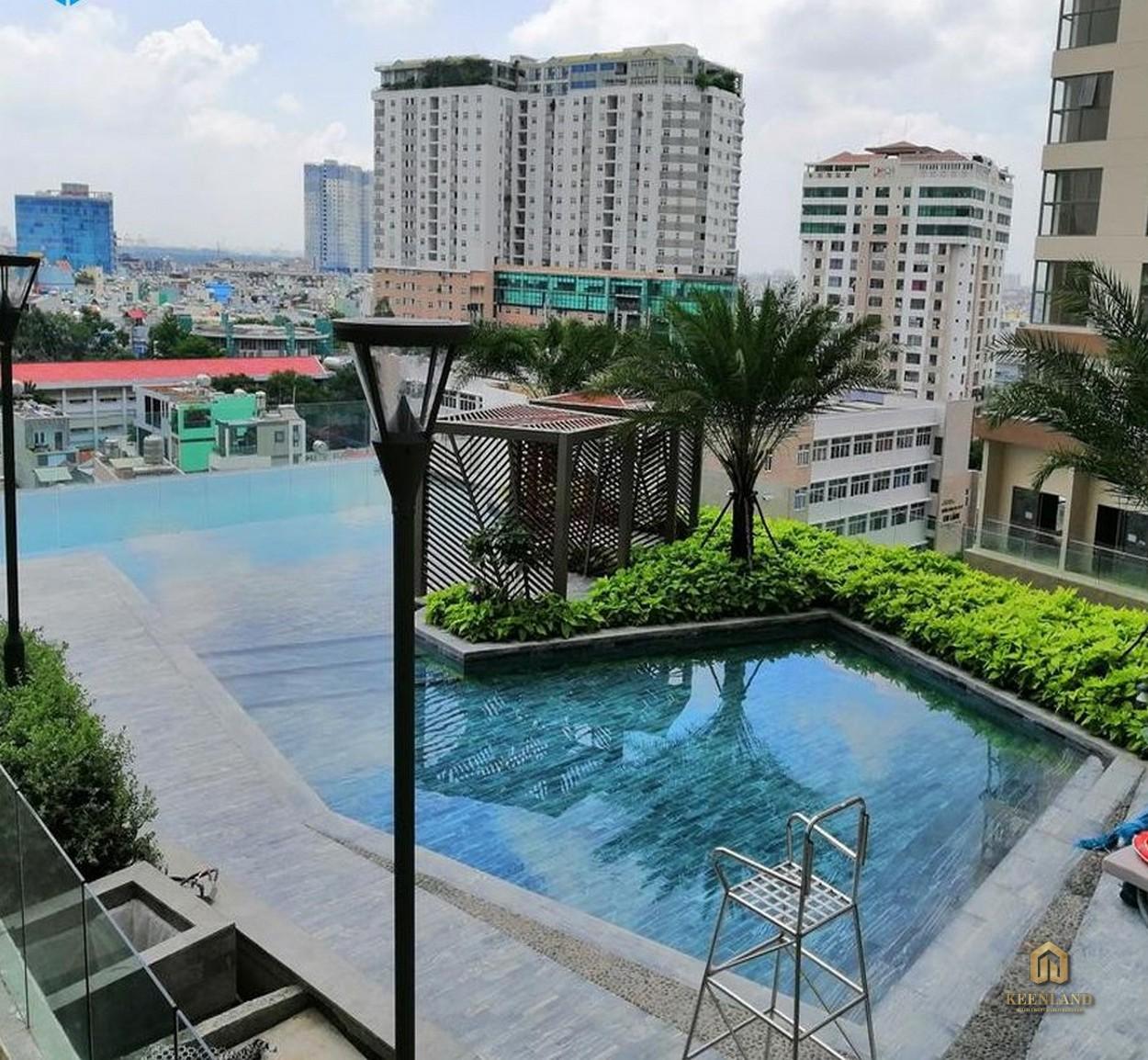 Toàn cảnh hồ bơi xanh mát nhìn từ trên cao nội khu Orient Department